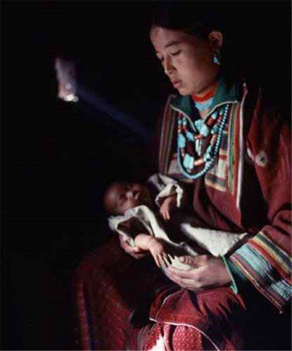 尼泊尔少女一妻多夫 兄弟共享妻子 每晚轮流过夜