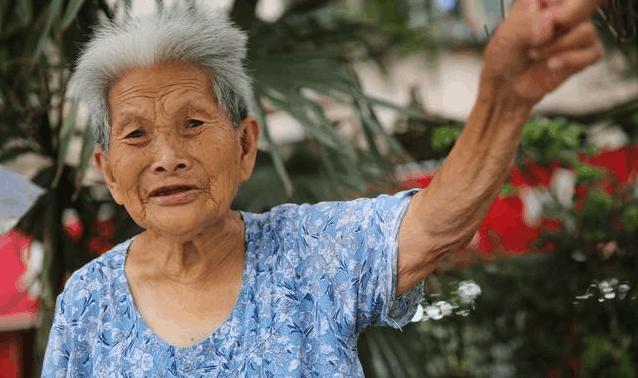 90岁老奶奶天天出摊 挣钱贴补三个儿子