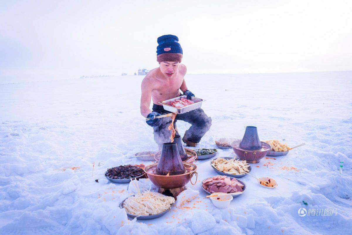 呼伦贝尔零下20度 游客光膀子在雪地吃火锅