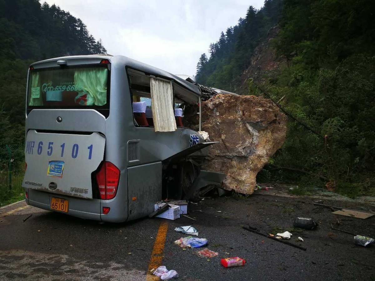九寨沟地震现场:车辆被滚落石块砸变形