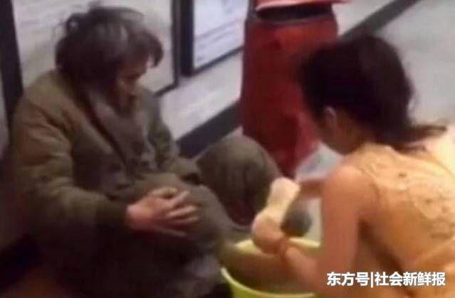 22岁女孩在街上给流浪汉洗脚,接下来的一幕让她羞红了脸