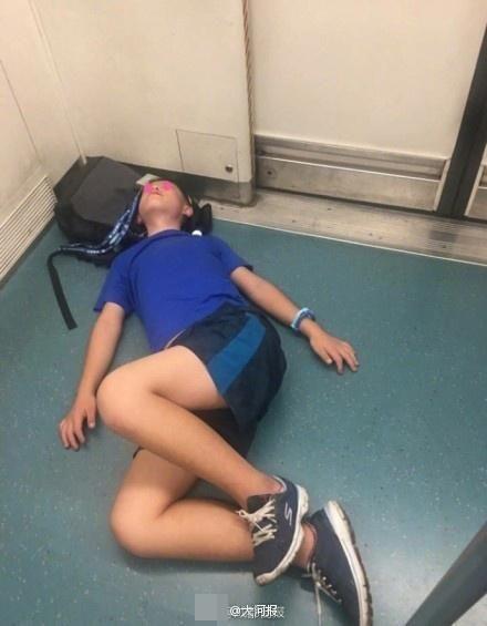 小学生进地铁躺地 嘴里重复念叨:再也没有假了