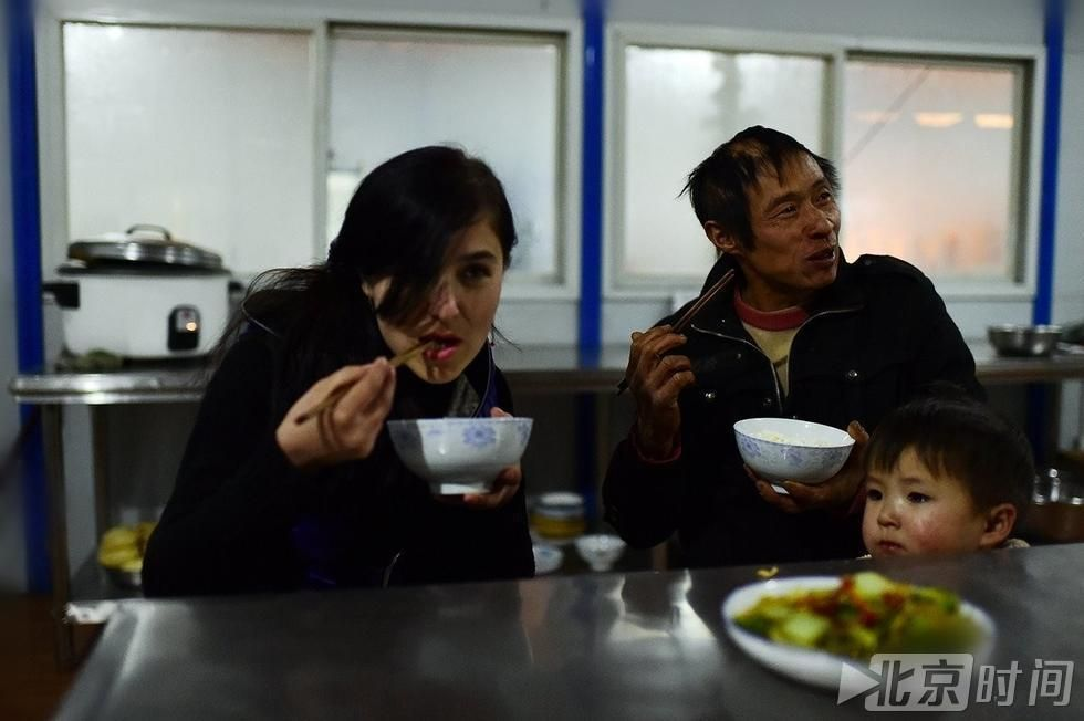 24岁外国美女不求车房 裸婚嫁给40岁中国民工