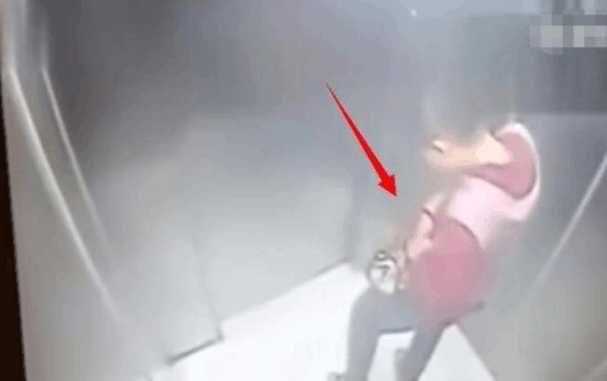 美女电梯内撩头发 男子站她身后竟然这样做 让美女措手不及