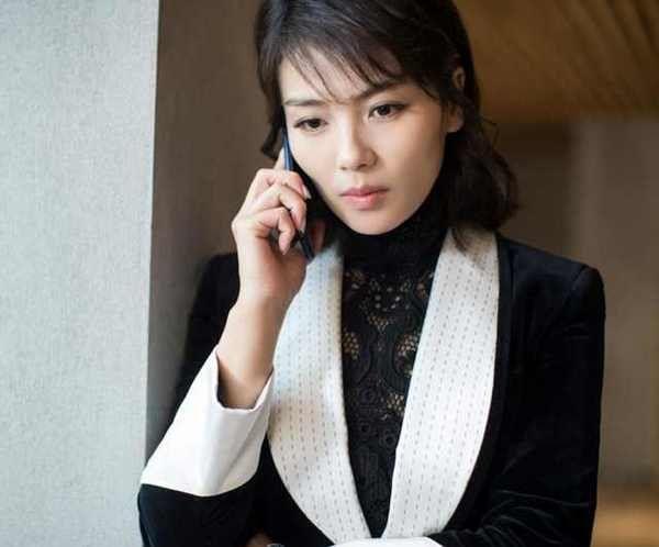 刘涛曝出10年前旧照,网友却被她身后的美女吸引了